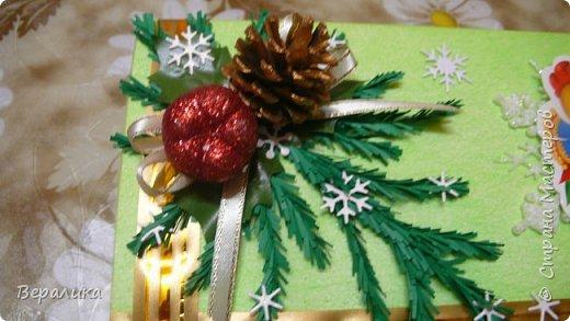 Сегодня хочу показать, как оформила коробочки с конфетами подругам в подарок к Новому году! Сама улетаю домой на Камчатку, а эти коробочки вместе с небольшими презентиками в виде прихваток с яркими петушками- символами Нового года, упаковала в непрозрачные пакеты, чтобы подружки вскрыли их именно 31 декабря.Эта традиция у меня уже постоянная. И мне приятно всегда, когда девочки получают такие сюрпризики! фото 4