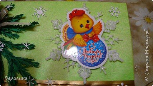 Сегодня хочу показать, как оформила коробочки с конфетами подругам в подарок к Новому году! Сама улетаю домой на Камчатку, а эти коробочки вместе с небольшими презентиками в виде прихваток с яркими петушками- символами Нового года, упаковала в непрозрачные пакеты, чтобы подружки вскрыли их именно 31 декабря.Эта традиция у меня уже постоянная. И мне приятно всегда, когда девочки получают такие сюрпризики! фото 5