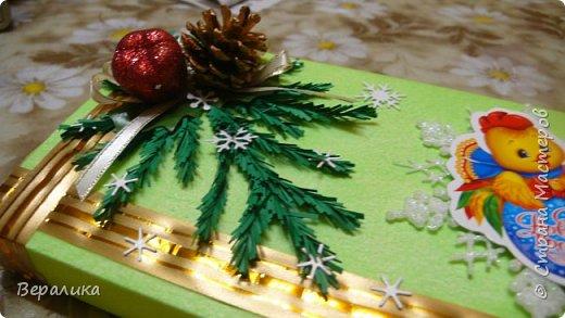 Сегодня хочу показать, как оформила коробочки с конфетами подругам в подарок к Новому году! Сама улетаю домой на Камчатку, а эти коробочки вместе с небольшими презентиками в виде прихваток с яркими петушками- символами Нового года, упаковала в непрозрачные пакеты, чтобы подружки вскрыли их именно 31 декабря.Эта традиция у меня уже постоянная. И мне приятно всегда, когда девочки получают такие сюрпризики! фото 6