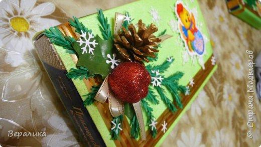 Сегодня хочу показать, как оформила коробочки с конфетами подругам в подарок к Новому году! Сама улетаю домой на Камчатку, а эти коробочки вместе с небольшими презентиками в виде прихваток с яркими петушками- символами Нового года, упаковала в непрозрачные пакеты, чтобы подружки вскрыли их именно 31 декабря.Эта традиция у меня уже постоянная. И мне приятно всегда, когда девочки получают такие сюрпризики! фото 7