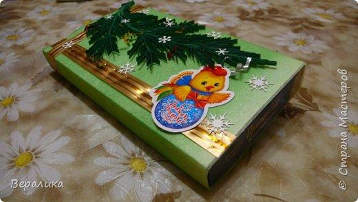 Сегодня хочу показать, как оформила коробочки с конфетами подругам в подарок к Новому году! Сама улетаю домой на Камчатку, а эти коробочки вместе с небольшими презентиками в виде прихваток с яркими петушками- символами Нового года, упаковала в непрозрачные пакеты, чтобы подружки вскрыли их именно 31 декабря.Эта традиция у меня уже постоянная. И мне приятно всегда, когда девочки получают такие сюрпризики! фото 12