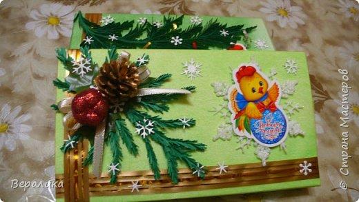 Сегодня хочу показать, как оформила коробочки с конфетами подругам в подарок к Новому году! Сама улетаю домой на Камчатку, а эти коробочки вместе с небольшими презентиками в виде прихваток с яркими петушками- символами Нового года, упаковала в непрозрачные пакеты, чтобы подружки вскрыли их именно 31 декабря.Эта традиция у меня уже постоянная. И мне приятно всегда, когда девочки получают такие сюрпризики! фото 14