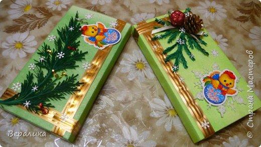 Сегодня хочу показать, как оформила коробочки с конфетами подругам в подарок к Новому году! Сама улетаю домой на Камчатку, а эти коробочки вместе с небольшими презентиками в виде прихваток с яркими петушками- символами Нового года, упаковала в непрозрачные пакеты, чтобы подружки вскрыли их именно 31 декабря.Эта традиция у меня уже постоянная. И мне приятно всегда, когда девочки получают такие сюрпризики! фото 15