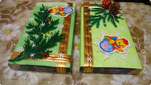 Сегодня хочу показать, как оформила коробочки с конфетами подругам в подарок к Новому году! Сама улетаю домой на Камчатку, а эти коробочки вместе с небольшими презентиками в виде прихваток с яркими петушками- символами Нового года, упаковала в непрозрачные пакеты, чтобы подружки вскрыли их именно 31 декабря.Эта традиция у меня уже постоянная. И мне приятно всегда, когда девочки получают такие сюрпризики! фото 16