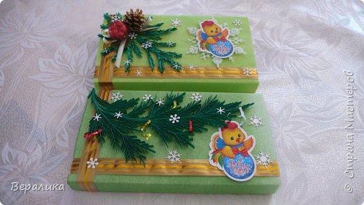 Сегодня хочу показать, как оформила коробочки с конфетами подругам в подарок к Новому году! Сама улетаю домой на Камчатку, а эти коробочки вместе с небольшими презентиками в виде прихваток с яркими петушками- символами Нового года, упаковала в непрозрачные пакеты, чтобы подружки вскрыли их именно 31 декабря.Эта традиция у меня уже постоянная. И мне приятно всегда, когда девочки получают такие сюрпризики! фото 2