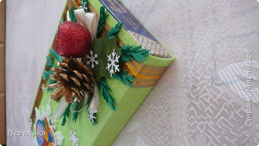 Сегодня хочу показать, как оформила коробочки с конфетами подругам в подарок к Новому году! Сама улетаю домой на Камчатку, а эти коробочки вместе с небольшими презентиками в виде прихваток с яркими петушками- символами Нового года, упаковала в непрозрачные пакеты, чтобы подружки вскрыли их именно 31 декабря.Эта традиция у меня уже постоянная. И мне приятно всегда, когда девочки получают такие сюрпризики! фото 8
