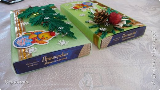 Сегодня хочу показать, как оформила коробочки с конфетами подругам в подарок к Новому году! Сама улетаю домой на Камчатку, а эти коробочки вместе с небольшими презентиками в виде прихваток с яркими петушками- символами Нового года, упаковала в непрозрачные пакеты, чтобы подружки вскрыли их именно 31 декабря.Эта традиция у меня уже постоянная. И мне приятно всегда, когда девочки получают такие сюрпризики! фото 17