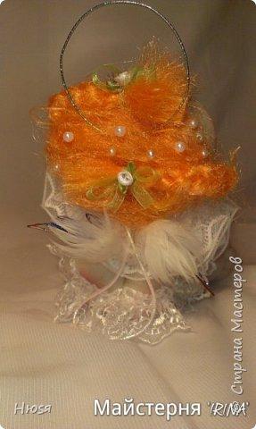 Техника: скульптурный текстиль.  Материал: капрон, синтепон, натуральные перья и хорошее настроение. на подвеске. 20 см .  фото 6