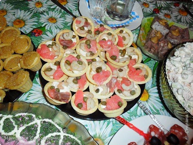 Всем здрасьте))))хочу показать мой стол на  д.р.,приятного просмотра,может кому пригодятся эти рецепты.КАНАПЕ-тут все вроде видно,кубик сыра,кончик колбасы, маслина и другой кончик,парус получился,колбаска была в нарезке(очень тонко) фото 2