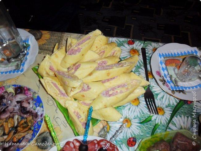Всем здрасьте))))хочу показать мой стол на  д.р.,приятного просмотра,может кому пригодятся эти рецепты.КАНАПЕ-тут все вроде видно,кубик сыра,кончик колбасы, маслина и другой кончик,парус получился,колбаска была в нарезке(очень тонко) фото 3