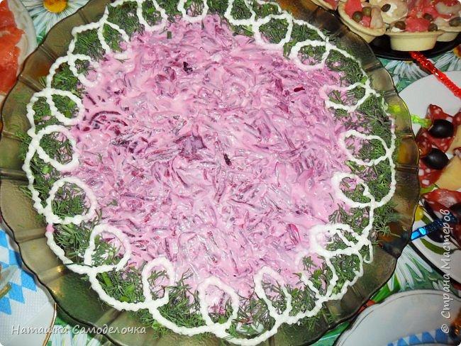 Всем здрасьте))))хочу показать мой стол на  д.р.,приятного просмотра,может кому пригодятся эти рецепты.КАНАПЕ-тут все вроде видно,кубик сыра,кончик колбасы, маслина и другой кончик,парус получился,колбаска была в нарезке(очень тонко) фото 6