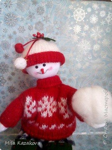 Снеговики сшиты по одной выкройке. За основу взята выкройка текстильной куклы. Сшиты из х/б ткани. Низ утяжелен гранулятом. Сидят хорошо на любой поверхности. Одежда сшита из ткани, фетра, флиса, связана спицами. Высота снеговиков 30 см и 15 см. Приятного просмотра!! фото 5