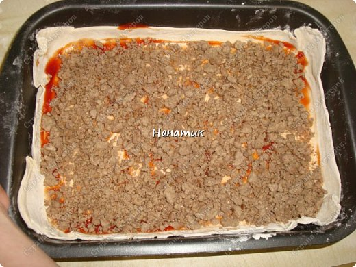 Доброй ночи! Делюсь рецептом пирога-пиццы на слоеном тесте с фаршем. -тесто слоеное 2 пласта по 250г (бездрожжевое) -говядина 700г -соль по вкусу -растит.масло для обжаривания фарша -кетчуп 2 ст.л. -1 луковица -томат несколько ст.л. -сыр твердый 150г -мука для раскатки теста фото 5