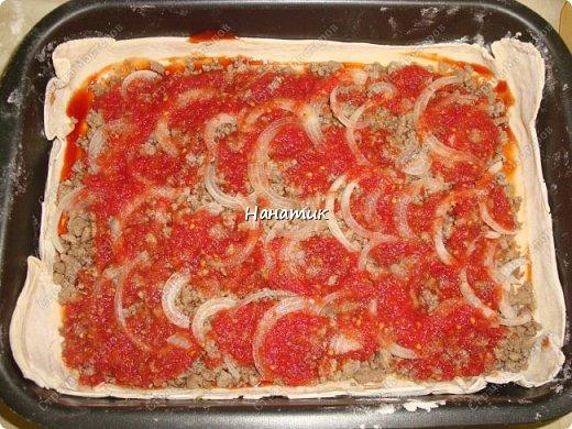 Доброй ночи! Делюсь рецептом пирога-пиццы на слоеном тесте с фаршем. -тесто слоеное 2 пласта по 250г (бездрожжевое) -говядина 700г -соль по вкусу -растит.масло для обжаривания фарша -кетчуп 2 ст.л. -1 луковица -томат несколько ст.л. -сыр твердый 150г -мука для раскатки теста фото 7