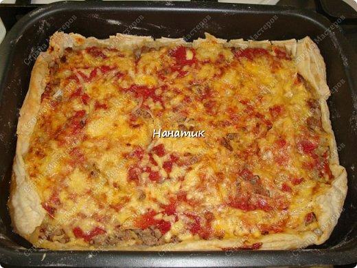 Доброй ночи! Делюсь рецептом пирога-пиццы на слоеном тесте с фаршем. -тесто слоеное 2 пласта по 250г (бездрожжевое) -говядина 700г -соль по вкусу -растит.масло для обжаривания фарша -кетчуп 2 ст.л. -1 луковица -томат несколько ст.л. -сыр твердый 150г -мука для раскатки теста фото 1