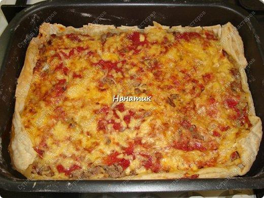Доброй ночи! Делюсь рецептом пирога-пиццы на слоеном тесте с фаршем. -тесто слоеное 2 пласта по 250г (бездрожжевое) -говядина 700г -соль по вкусу -растит.масло для обжаривания фарша -кетчуп 2 ст.л. -1 луковица -томат несколько ст.л. -сыр твердый 150г -мука для раскатки теста фото 9