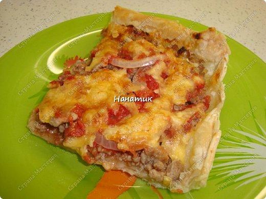 Доброй ночи! Делюсь рецептом пирога-пиццы на слоеном тесте с фаршем. -тесто слоеное 2 пласта по 250г (бездрожжевое) -говядина 700г -соль по вкусу -растит.масло для обжаривания фарша -кетчуп 2 ст.л. -1 луковица -томат несколько ст.л. -сыр твердый 150г -мука для раскатки теста фото 10