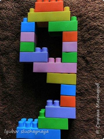 Мы с сыном изучаем цифры, учимся считать (ему 4 года). И сегодня решили сделать цифру девять из конструктора.  И чего здесь только нет! А всего-то девять лет!