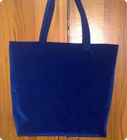 Не спешите огорчаться, что плохо видно, еще покажу другое фото. Это сумка сшита из...ткани, может быть мебельной... Не знаю, как называется, купила как-то на рынке остаток. Для сумки. И вот уже года 2 пролежал этот запас в ожидании. фото 1