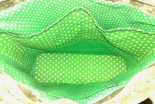 Не спешите огорчаться, что плохо видно, еще покажу другое фото. Это сумка сшита из...ткани, может быть мебельной... Не знаю, как называется, купила как-то на рынке остаток. Для сумки. И вот уже года 2 пролежал этот запас в ожидании. фото 10