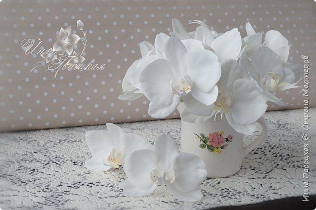 Сделала для себя любимой...))) Цветы орхидеи из турецкого фоамирана, листья - из иранского, а бутоны из зефирного. Декоративные веточки так же рукотворные. фото 2