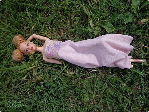 Всем доброго времени суток! Не было возможности выложить этот еще летний блог, но, как говорится, лучше поздно, чем никогда.  Куколка - Ирэн, барби - подделка. Из - за слабости шарниров ручка сломалась, но я на столько люблю эту куклу, что не могла отказаться от столь привлекательной модельки. Приятного просмотра!  фото 1