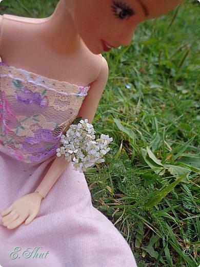 Всем доброго времени суток! Не было возможности выложить этот еще летний блог, но, как говорится, лучше поздно, чем никогда.  Куколка - Ирэн, барби - подделка. Из - за слабости шарниров ручка сломалась, но я на столько люблю эту куклу, что не могла отказаться от столь привлекательной модельки. Приятного просмотра!  фото 4