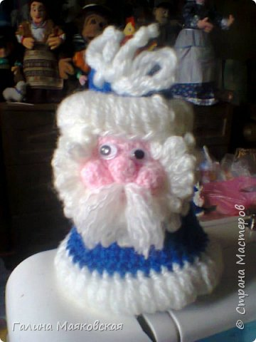 Привет всем! Подготовка к Новому году продолжается, и возник спрос на эту тему. Сегодня покажу, как я делала бонбоньерку - Деда Мороза. Размер его около 18 см. В него можно упаковать конфеты или мелкие подарочки, а потом использовать для украшения елки. фото 15