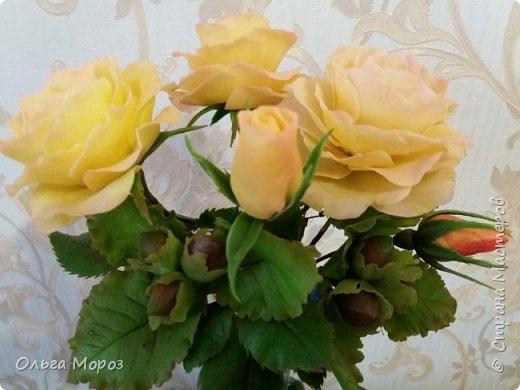 Композиция из трёх чайно-гибридных роз и лесных орешков. фото 1