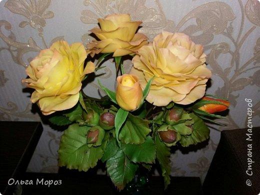 Композиция из трёх чайно-гибридных роз и лесных орешков. фото 5