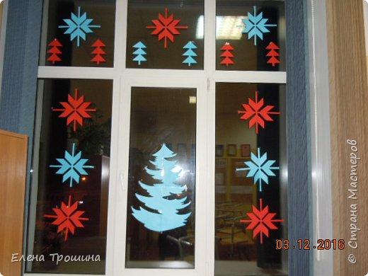 Здравствуйте, дорогие друзья! Скоро Новый год и мы уже начали украшать окна. Сегодня я расскажу как без отходов и быстро сделать много таких снежинок. фото 10