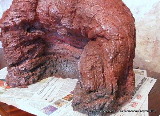 """Пещеру делала после просмотра МК LASCOSASDELALOLA MANUALIDADES Потребовался перевод с испанского языка. Всё так было понятно, но некоторые детали просто требовали уточнения. Помогли студенты, обучающиеся в нашей стране.. Вот их перевод - """"Необходимые материалы : Кусок дерева Вода с мылом Палочки Мыло для посуды Пена Краска - спрей Песок для украшения 1. Нужно намочить кусок дерева водой с мылом 2. Наносится пена по всему куску дерева , не оставляя пустое пространство 3. Нужно подождать до того как пена уже не прилипает к рукам. И тогда с помощью перчаток, смоченных водой с мылом, нажимаем на пену и затем снимается с куска дерева и моделируем. 4. С помощью коробки, полочек и бумаги моделируем нужную форму 5. Теперь нужно подождать до высыхания пены и при необходимости добавлять свежую пену для корректировки формы 6. Покрасить и украсить песком."""" .......... На куски дерева думала камень. В вводу добавляют мыло для посуды. О-па! Водой с мылом смачиваем не только куски дерева, покрытые корой, но и перчатки на руках., чтобы не прилипало к пене. Хорошо что дождалась перевод!.Плюсую всё, что узнала по всем роликам, переводам и советы друзей. ................................... В последующие годы, по тем или иным причинам, оформление этой же пещеры претерпевало изменения -  Рождественский вертеп 2017  https://stranamasterov.ru/node/1074186  Рождественский вертеп 2018  https://stranamasterov.ru/node/1131011  Рождественский вертеп 2019  https://stranamasterov.ru/node/1167679#comment-15529778  ...........................................................................  Мастер-класс Поделка изделие Рождество Моделирование конструирование Рождественский вертеп Мастер-класс  фото 1 фото 27"""