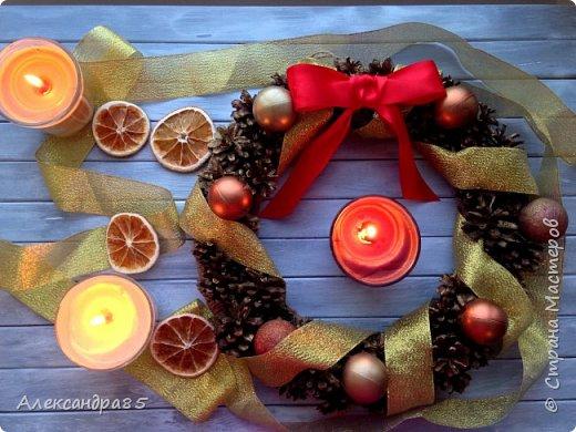 Праздник к нам приходит ... Скоро ведь Новый год !!! Скоро мы поставим ёлку, украсим её гирляндами! Подарки ребёнку уже в пути, Дед Мороз уже отправил))! Вот и Новогодний венок уже готов! Как Вам?! Основа картонная, обмотанная шпагатом, шишки и игрушки приклеены с помощью клеевого пистолета, сверху всё покрашено краской (цвет - золото) с распылителем, дополнительно украсила лентами золотого и красного цвета.