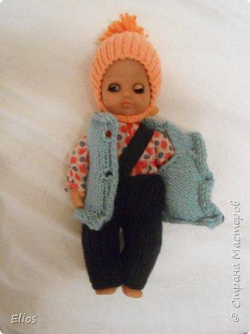 Малую (1,5 года) возмущало что её прогулочная кукла на улице гуляет в пижамной куртке и трусах. Действительно безобразие какое))) На скорую руку связала зимний комплект, зафиксированный от старшего братца (4 года) резинкой через плечо (штаны) и замочком под шейку (шапка).  /вот сижу и думаю: а не пристеплирить ли мне пумпон покрепче?../