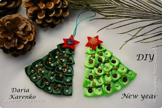 Сегодня я покажу вам, как легко сделать милую ёлочку из атласной ленты и фетра. Такую ёлочку можно использовать в качестве новогодней игрушки, сувенира, брелка, брошки и т.д.  Ёлочки можно украсить бисером, бусинами, пайетками. Смотрите пожалуйста мой урок! Успехов вам, дорогие зрители!