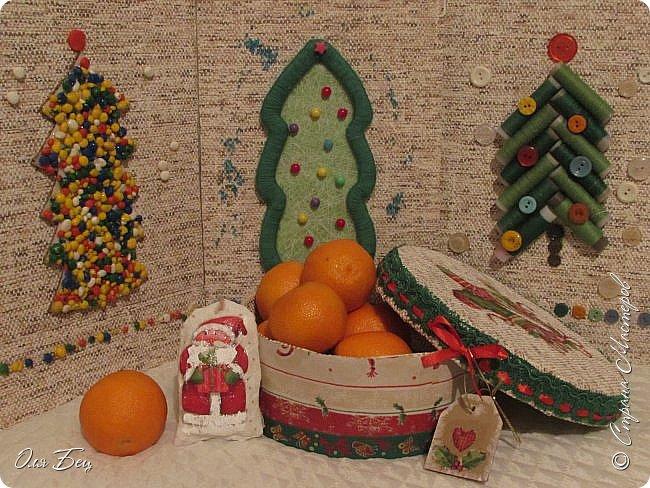 Здравствуйте, дорогие мастерицы! Наступает волшебное время ожидания чудесного праздника Нового года, который всегда связан с пушистой зелёной красавицей Ёлочкой! Но в нашей Стране Мастеров каких только ёлочек ни встретишь:))) Моя Ёлочка из картонных рулончиков, оклеенных зелёной самоклеящейся бумагой и вполне практичной для катушек с нитками:))) фото 7