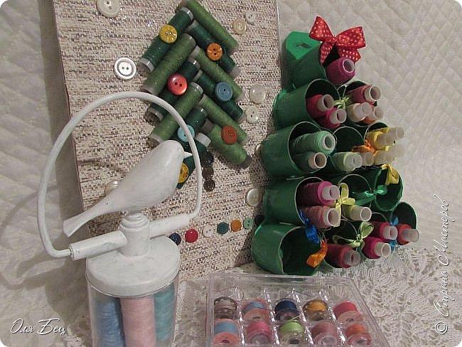 Здравствуйте, дорогие мастерицы! Наступает волшебное время ожидания чудесного праздника Нового года, который всегда связан с пушистой зелёной красавицей Ёлочкой! Но в нашей Стране Мастеров каких только ёлочек ни встретишь:))) Моя Ёлочка из картонных рулончиков, оклеенных зелёной самоклеящейся бумагой и вполне практичной для катушек с нитками:))) фото 1