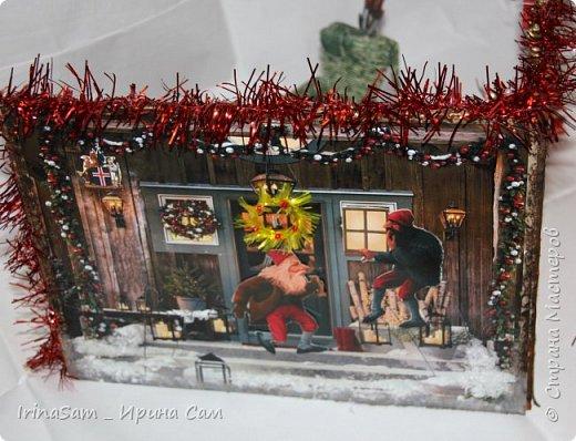 """Задали в школе не легкое задание сотворить поделку на тему """"Как празднуют Новый год в Исландии"""". Оказалось непростой задачей, т.к. в Исландии в принципе нет Санта Клауса.  """" У исландцев аж 13 «святых», которых называют «рождественскими старичками». Эти человечки не имеют отношения ни к Деду Морозу, ни к Санта Клаусу, ни к какому другому рождественскому персонажу. Это скорее тролли, которыми раньше пугали детишек. В последнее время они превратились в более дружелюбных существ с забавными именами, например, одного из них зовут Пожиратель Сосисок. Рождественские старички друг за другом спускаются с гор накануне Рождества. Первый появляется 12 декабря, последний – 24, а потом в обратном порядке до 6 января возвращаются в горы. Раньше они занимались кражей любимых вещей, а сейчас у них более пристойная роль – дарить детям подарки. Каждый ребёнок выставляет на подоконник свои лучшие ботиночки, куда старички обязательно положат подарок. Но вести себя нужно очень хорошо, иначе в башмачке окажется только очищенная картофелина. """" Еле-еле нашли на просторах интернета этих самых троллей и разместили их по гостиной комнате, в которой расположили ёлку, камин и удобное кресло. фото 6"""