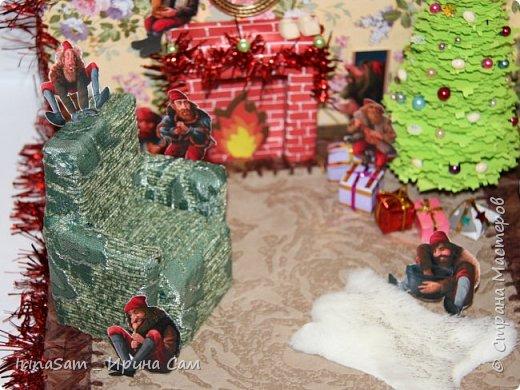 """Задали в школе не легкое задание сотворить поделку на тему """"Как празднуют Новый год в Исландии"""". Оказалось непростой задачей, т.к. в Исландии в принципе нет Санта Клауса.  """" У исландцев аж 13 «святых», которых называют «рождественскими старичками». Эти человечки не имеют отношения ни к Деду Морозу, ни к Санта Клаусу, ни к какому другому рождественскому персонажу. Это скорее тролли, которыми раньше пугали детишек. В последнее время они превратились в более дружелюбных существ с забавными именами, например, одного из них зовут Пожиратель Сосисок. Рождественские старички друг за другом спускаются с гор накануне Рождества. Первый появляется 12 декабря, последний – 24, а потом в обратном порядке до 6 января возвращаются в горы. Раньше они занимались кражей любимых вещей, а сейчас у них более пристойная роль – дарить детям подарки. Каждый ребёнок выставляет на подоконник свои лучшие ботиночки, куда старички обязательно положат подарок. Но вести себя нужно очень хорошо, иначе в башмачке окажется только очищенная картофелина. """" Еле-еле нашли на просторах интернета этих самых троллей и разместили их по гостиной комнате, в которой расположили ёлку, камин и удобное кресло. фото 3"""