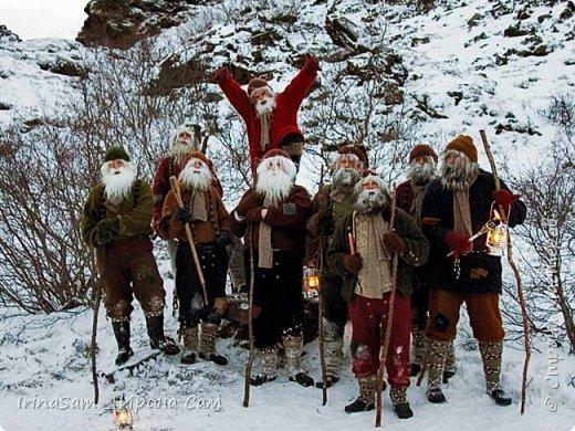 """Задали в школе не легкое задание сотворить поделку на тему """"Как празднуют Новый год в Исландии"""". Оказалось непростой задачей, т.к. в Исландии в принципе нет Санта Клауса.  """" У исландцев аж 13 «святых», которых называют «рождественскими старичками». Эти человечки не имеют отношения ни к Деду Морозу, ни к Санта Клаусу, ни к какому другому рождественскому персонажу. Это скорее тролли, которыми раньше пугали детишек. В последнее время они превратились в более дружелюбных существ с забавными именами, например, одного из них зовут Пожиратель Сосисок. Рождественские старички друг за другом спускаются с гор накануне Рождества. Первый появляется 12 декабря, последний – 24, а потом в обратном порядке до 6 января возвращаются в горы. Раньше они занимались кражей любимых вещей, а сейчас у них более пристойная роль – дарить детям подарки. Каждый ребёнок выставляет на подоконник свои лучшие ботиночки, куда старички обязательно положат подарок. Но вести себя нужно очень хорошо, иначе в башмачке окажется только очищенная картофелина. """" Еле-еле нашли на просторах интернета этих самых троллей и разместили их по гостиной комнате, в которой расположили ёлку, камин и удобное кресло. фото 8"""