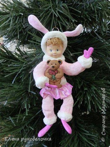 Встречайте мою новую девочку. Ей сразу придумалось имя - Стася. Очень милая кудрявая девчушка. Дед Мороз ей подарил медвежонка и она запрыгала от счастья. фото 1