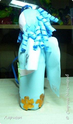 Как всегда срочно за выходные новогодние поделки нужно и Лере, и Саше... Так как субботу были у бабушки с дедушкой и праздновали дни рождения Саши и Ярика, то осталось только воскресенье для поделок. С Лерой сделали ёлочку- топотушку... Розочки из апельсиновых шкурок делали заранее, когда деду на день рождения  5 декабря пекли торт... Розочки уже высохли, а вот сапоги у ёлочки сырые, так как только сделали и никак к ним ничего не приклеивалось...Сапоги делали из гипса, заливая его в бутылочку от шампуня... Корица нашлась в моих закромах, как то давно покупала, там же взяли кружева и бусины... Бытылка молочная ещё с прошлого года стояла обклеенная бумагой... Кокосовую стружку срезали с матраса старого... Вот такая ёлочка получилась, доделывала поделки все сама, так как времени в обрез и делала до 4утра... фото 9