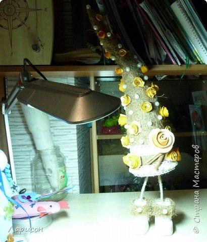 Как всегда срочно за выходные новогодние поделки нужно и Лере, и Саше... Так как субботу были у бабушки с дедушкой и праздновали дни рождения Саши и Ярика, то осталось только воскресенье для поделок. С Лерой сделали ёлочку- топотушку... Розочки из апельсиновых шкурок делали заранее, когда деду на день рождения  5 декабря пекли торт... Розочки уже высохли, а вот сапоги у ёлочки сырые, так как только сделали и никак к ним ничего не приклеивалось...Сапоги делали из гипса, заливая его в бутылочку от шампуня... Корица нашлась в моих закромах, как то давно покупала, там же взяли кружева и бусины... Бытылка молочная ещё с прошлого года стояла обклеенная бумагой... Кокосовую стружку срезали с матраса старого... Вот такая ёлочка получилась, доделывала поделки все сама, так как времени в обрез и делала до 4утра... фото 2