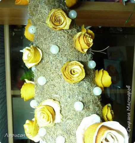 Как всегда срочно за выходные новогодние поделки нужно и Лере, и Саше... Так как субботу были у бабушки с дедушкой и праздновали дни рождения Саши и Ярика, то осталось только воскресенье для поделок. С Лерой сделали ёлочку- топотушку... Розочки из апельсиновых шкурок делали заранее, когда деду на день рождения  5 декабря пекли торт... Розочки уже высохли, а вот сапоги у ёлочки сырые, так как только сделали и никак к ним ничего не приклеивалось...Сапоги делали из гипса, заливая его в бутылочку от шампуня... Корица нашлась в моих закромах, как то давно покупала, там же взяли кружева и бусины... Бытылка молочная ещё с прошлого года стояла обклеенная бумагой... Кокосовую стружку срезали с матраса старого... Вот такая ёлочка получилась, доделывала поделки все сама, так как времени в обрез и делала до 4утра... фото 3