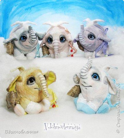 Я создала специальную волшебную коллекцию Рождественских слоников-ангелов. Эти милые и сладкие малыши,  принесут с собой настоящее счастье, которое будут охранять и оберегать от невзгод. Эти маленькие слоники настоящие волшебные ангелы с настоящими крылышками.  Глаза слоников-ангелов имеют сказочный эффект благодаря ручной росписи. Счастье хранится в волшебном свертке, который закреплен на слонике красивой шелковой лентой. Все слоники сшиты в ручную  из вискозы. Валенки сшиты из фетра. Ножки крепятся на шплинтах.Роспись и тонировка выполнены акриловыми художественными красками и пастелью. Идея Рождественских ангелов-слонят накрыла меня неожиданно и очень сильно)) И я потеряла сон на несколько дней, пока обдумывала все детали)) И спустя пару месяцев, они родились! все 5 моих ангелов! Я их очень люблю! Каждого по отдельности и всех их вместе! фото 1