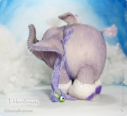Я создала специальную волшебную коллекцию Рождественских слоников-ангелов. Эти милые и сладкие малыши,  принесут с собой настоящее счастье, которое будут охранять и оберегать от невзгод. Эти маленькие слоники настоящие волшебные ангелы с настоящими крылышками.  Глаза слоников-ангелов имеют сказочный эффект благодаря ручной росписи. Счастье хранится в волшебном свертке, который закреплен на слонике красивой шелковой лентой. Все слоники сшиты в ручную  из вискозы. Валенки сшиты из фетра. Ножки крепятся на шплинтах.Роспись и тонировка выполнены акриловыми художественными красками и пастелью. Идея Рождественских ангелов-слонят накрыла меня неожиданно и очень сильно)) И я потеряла сон на несколько дней, пока обдумывала все детали)) И спустя пару месяцев, они родились! все 5 моих ангелов! Я их очень люблю! Каждого по отдельности и всех их вместе! фото 14