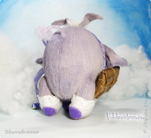 Я создала специальную волшебную коллекцию Рождественских слоников-ангелов. Эти милые и сладкие малыши,  принесут с собой настоящее счастье, которое будут охранять и оберегать от невзгод. Эти маленькие слоники настоящие волшебные ангелы с настоящими крылышками.  Глаза слоников-ангелов имеют сказочный эффект благодаря ручной росписи. Счастье хранится в волшебном свертке, который закреплен на слонике красивой шелковой лентой. Все слоники сшиты в ручную  из вискозы. Валенки сшиты из фетра. Ножки крепятся на шплинтах.Роспись и тонировка выполнены акриловыми художественными красками и пастелью. Идея Рождественских ангелов-слонят накрыла меня неожиданно и очень сильно)) И я потеряла сон на несколько дней, пока обдумывала все детали)) И спустя пару месяцев, они родились! все 5 моих ангелов! Я их очень люблю! Каждого по отдельности и всех их вместе! фото 15