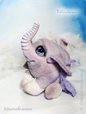 Я создала специальную волшебную коллекцию Рождественских слоников-ангелов. Эти милые и сладкие малыши,  принесут с собой настоящее счастье, которое будут охранять и оберегать от невзгод. Эти маленькие слоники настоящие волшебные ангелы с настоящими крылышками.  Глаза слоников-ангелов имеют сказочный эффект благодаря ручной росписи. Счастье хранится в волшебном свертке, который закреплен на слонике красивой шелковой лентой. Все слоники сшиты в ручную  из вискозы. Валенки сшиты из фетра. Ножки крепятся на шплинтах.Роспись и тонировка выполнены акриловыми художественными красками и пастелью. Идея Рождественских ангелов-слонят накрыла меня неожиданно и очень сильно)) И я потеряла сон на несколько дней, пока обдумывала все детали)) И спустя пару месяцев, они родились! все 5 моих ангелов! Я их очень люблю! Каждого по отдельности и всех их вместе! фото 18