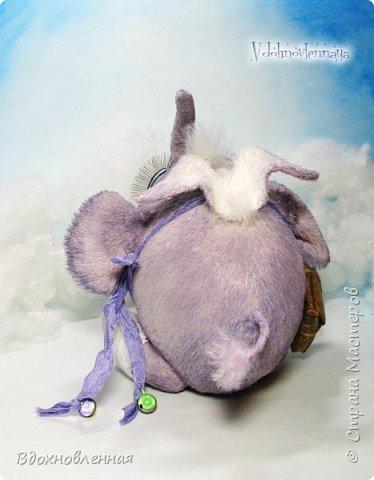 Я создала специальную волшебную коллекцию Рождественских слоников-ангелов. Эти милые и сладкие малыши,  принесут с собой настоящее счастье, которое будут охранять и оберегать от невзгод. Эти маленькие слоники настоящие волшебные ангелы с настоящими крылышками.  Глаза слоников-ангелов имеют сказочный эффект благодаря ручной росписи. Счастье хранится в волшебном свертке, который закреплен на слонике красивой шелковой лентой. Все слоники сшиты в ручную  из вискозы. Валенки сшиты из фетра. Ножки крепятся на шплинтах.Роспись и тонировка выполнены акриловыми художественными красками и пастелью. Идея Рождественских ангелов-слонят накрыла меня неожиданно и очень сильно)) И я потеряла сон на несколько дней, пока обдумывала все детали)) И спустя пару месяцев, они родились! все 5 моих ангелов! Я их очень люблю! Каждого по отдельности и всех их вместе! фото 19