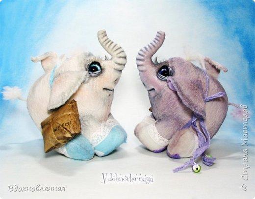 Я создала специальную волшебную коллекцию Рождественских слоников-ангелов. Эти милые и сладкие малыши,  принесут с собой настоящее счастье, которое будут охранять и оберегать от невзгод. Эти маленькие слоники настоящие волшебные ангелы с настоящими крылышками.  Глаза слоников-ангелов имеют сказочный эффект благодаря ручной росписи. Счастье хранится в волшебном свертке, который закреплен на слонике красивой шелковой лентой. Все слоники сшиты в ручную  из вискозы. Валенки сшиты из фетра. Ножки крепятся на шплинтах.Роспись и тонировка выполнены акриловыми художественными красками и пастелью. Идея Рождественских ангелов-слонят накрыла меня неожиданно и очень сильно)) И я потеряла сон на несколько дней, пока обдумывала все детали)) И спустя пару месяцев, они родились! все 5 моих ангелов! Я их очень люблю! Каждого по отдельности и всех их вместе! фото 8